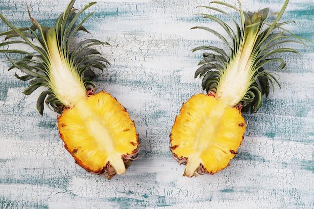 Deux moitié de l'ananas frais, situé sur une table bleue, vue de dessus