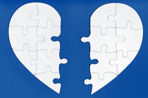 Deux moitiés assorties d'un cœur sur un bleu tendance