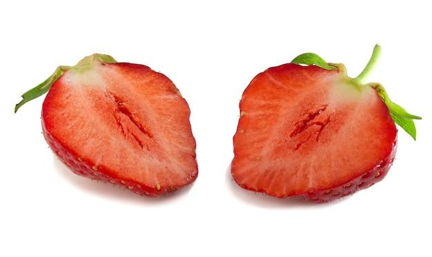 Deux moitiés de fraise isolés sur fond blanc. baies rouges fraîches en coupe, mise au point complète.