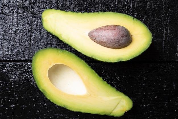 Deux moitiés de fruits d'avocat. composition horizontale, vue de dessus