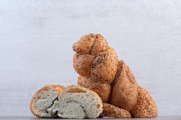 Deux moitiés d'un pain strucia sur fond de marbre. photo de haute qualité