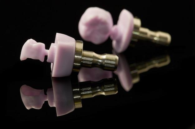 Deux molaires de lithium bloc vitrocéramique en disilicate pour la technologie cao / fao.