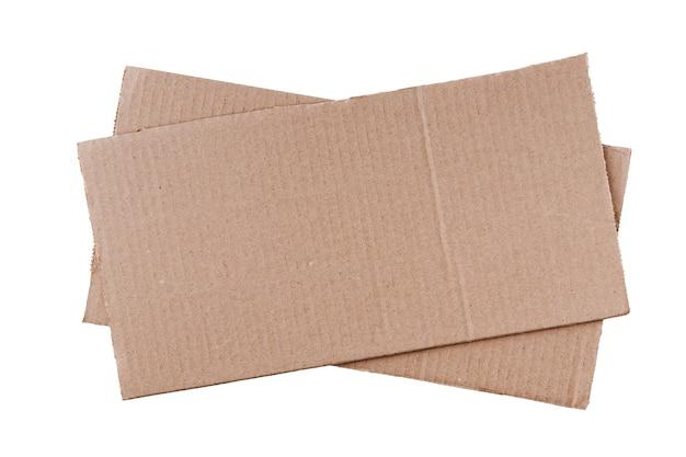 Deux morceaux de carton léger rectangulaire oblong empilés les uns sur les autres, isolés sur un fond blanc propre.