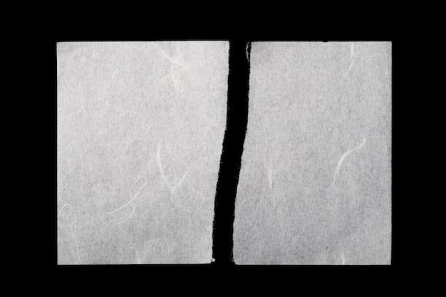 Deux morceaux de papier de mûrier déchiré sur fond noir