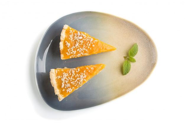 Deux morceaux de tarte à la citrouille américaine traditionnelle isolés. vue de dessus.
