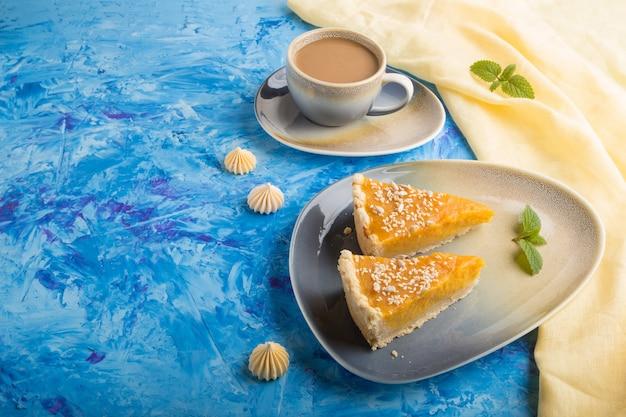 Deux morceaux de tarte à la citrouille américaine traditionnelle avec une tasse de café. vue de côté, copyspace.
