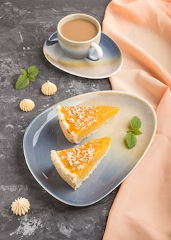 Deux morceaux de tarte à la citrouille américaine traditionnelle avec une tasse de café. vue de côté, gros plan.