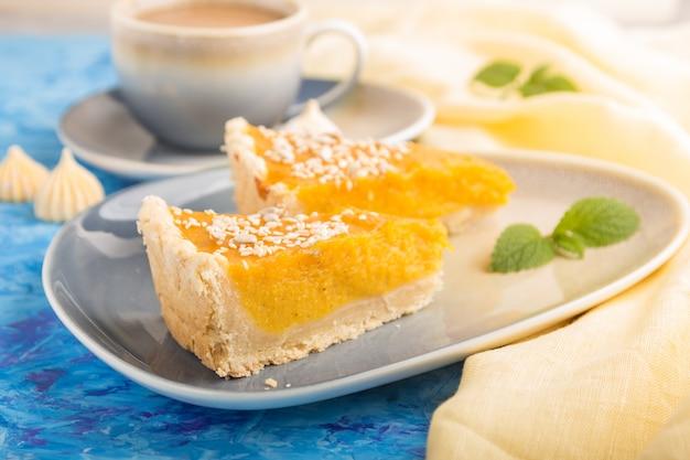 Deux morceaux de tarte à la citrouille américaine traditionnelle avec une tasse de café. vue de côté