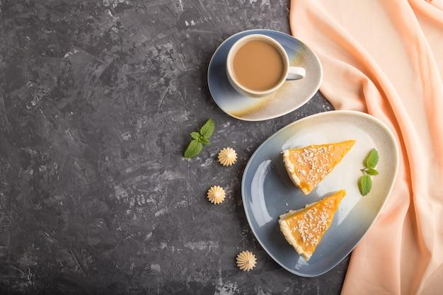 Deux morceaux de tarte à la citrouille américaine traditionnelle avec une tasse de café. vue de dessus, copyspace.