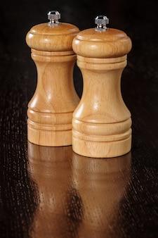 Deux moulins à poivre en bois