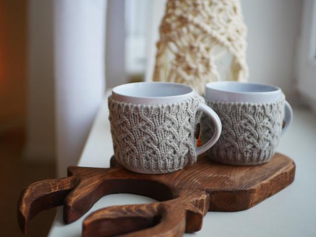Deux mugs tricotés blancs, isolation pour mugs