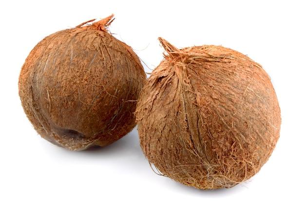 Deux noix de coco douces sur blanc