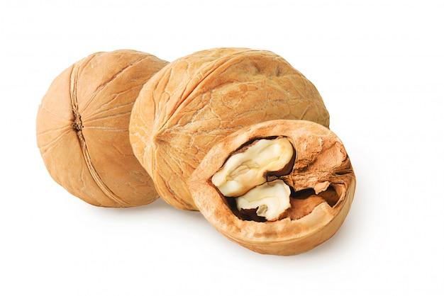 Deux noix entières et une moitié isolée