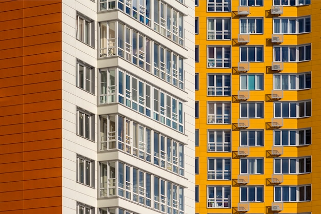 Deux nouveaux immeubles résidentiels de grande hauteur. maisons blanches et jaunes dans la nouvelle zone