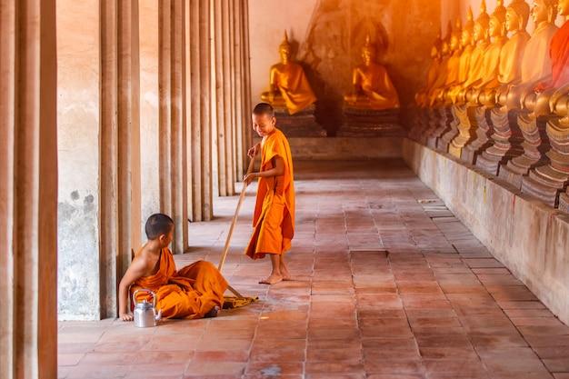 Deux novices jouant avec drôle dans le vieux temple de la province d'ayutthaya, thaïlande
