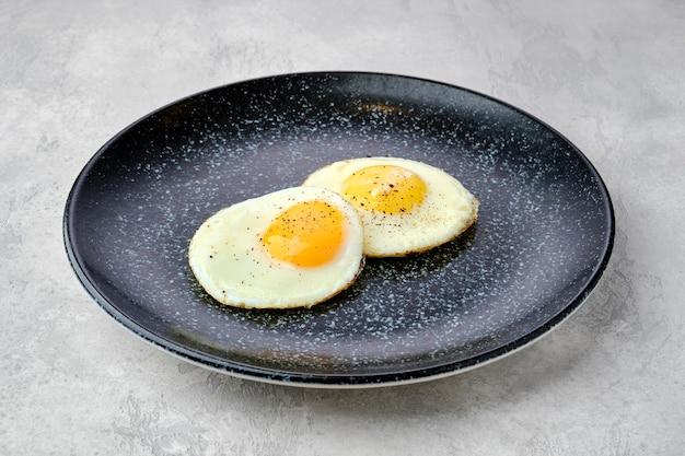 Deux œufs au plat sur une assiette