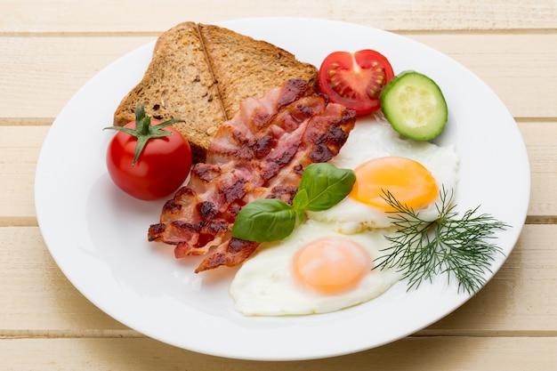 Deux œufs au plat et du bacon pour un petit-déjeuner sain. mise au point sélective