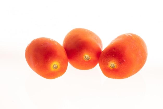 Deux oignons orange isolé sur blanc