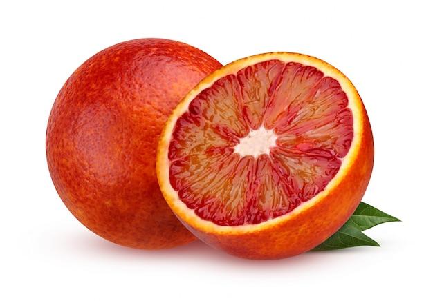 Deux orange sanguine rouge avec des feuilles isolés sur fond blanc avec une ombre. agrumes. fruit exotique.