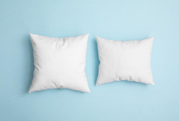 Deux oreillers sur le fond bleu