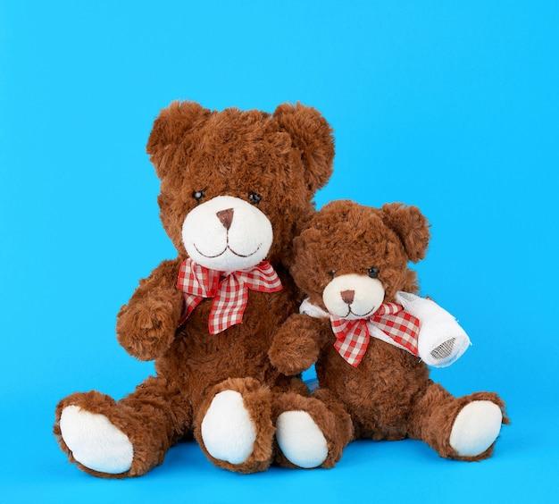 Deux ours en peluche sur un bleu