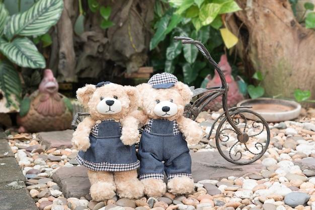 Deux ours en peluche sur fond de jardin