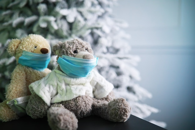 Deux ours en peluche portant un masque de protection. protection contre le coronavirus. ours en peluche dans un masque pour empêcher la propagation du virus. espace de copie.