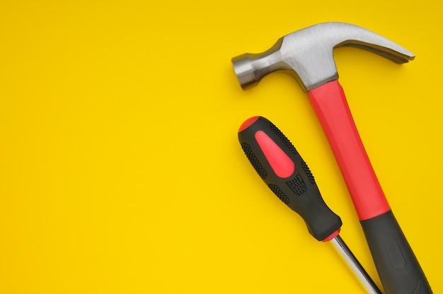 Deux outils sur jaune avec espace pour les textes