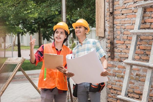 Deux, ouvrier construction, debout, dans, les, chantier