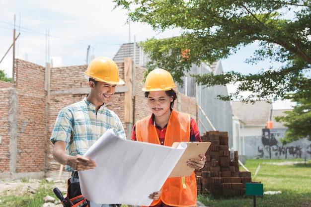 Deux, ouvrier construction, debout, devant, les, chantier