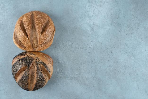Deux pains parfumés sur marbre.