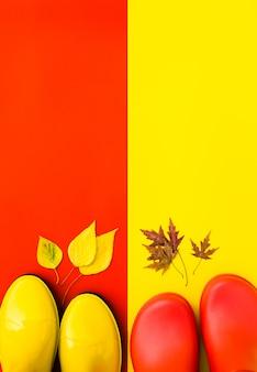 Deux paires de bottes en caoutchouc brillant rouge et jaune