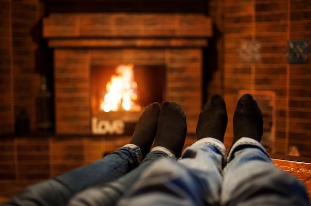 Deux paires jambes sur le fond de cheminée