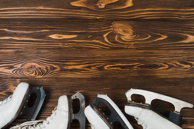 Deux paires de patins à glace