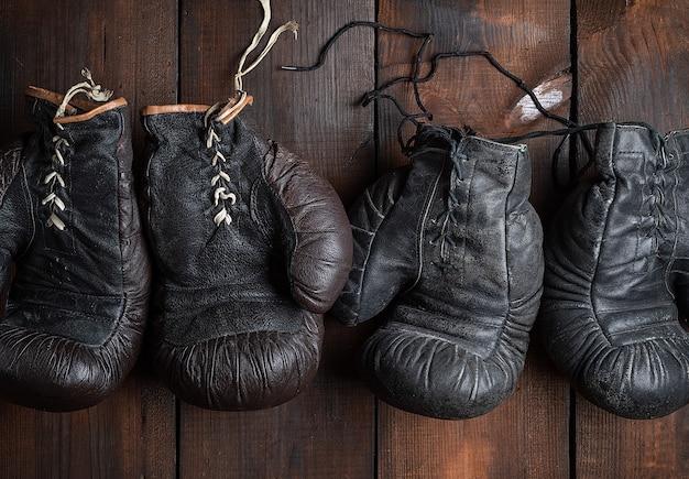 Deux paires de vieux gants de boxe en cuir