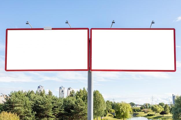 Deux panneaux d'information vierges contre green park
