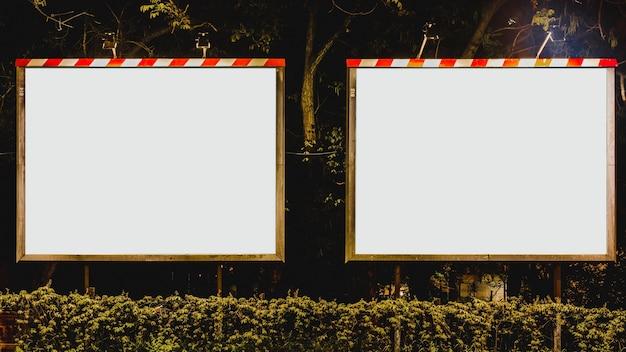 Deux panneaux publicitaires blancs vierges dans le parc