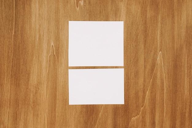 Deux papiers sur la surface en bois