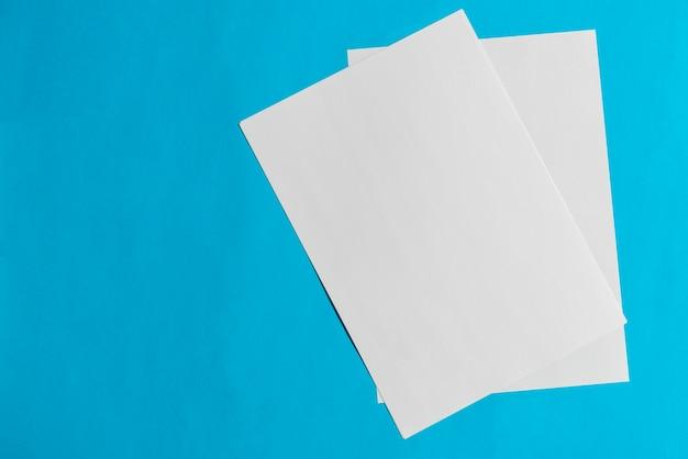 Deux papiers vierges sur fond bleu
