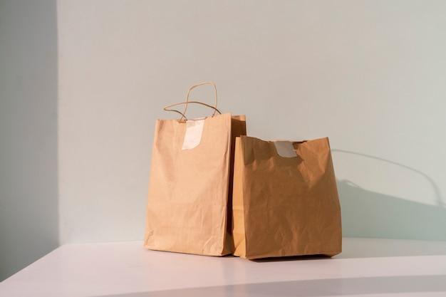 Les deux paquets de papier avec de la nourriture livrée à domicile