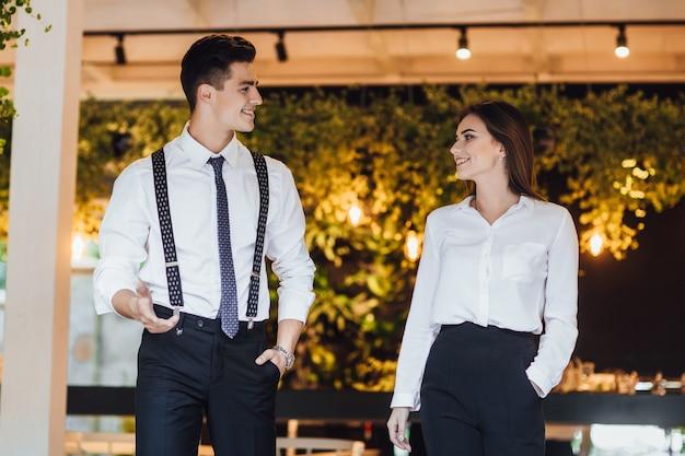 Deux partenaires commerciaux ayant une réunion au café. élégant homme et femme parlant dans la rue