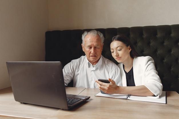 Deux partenaires commerciaux travaillant avec un ordinateur portable dans un café
