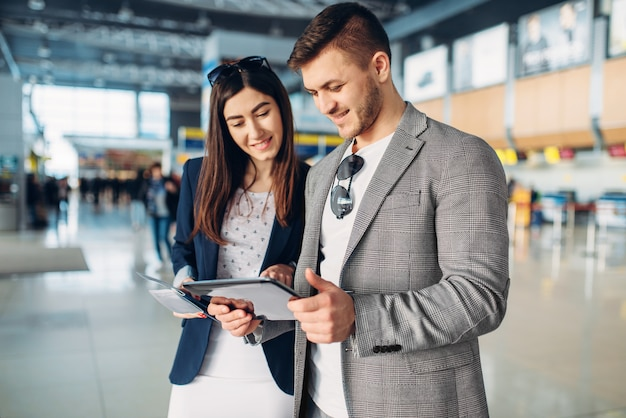 Deux passagers à l'aéroport, voyage de travail