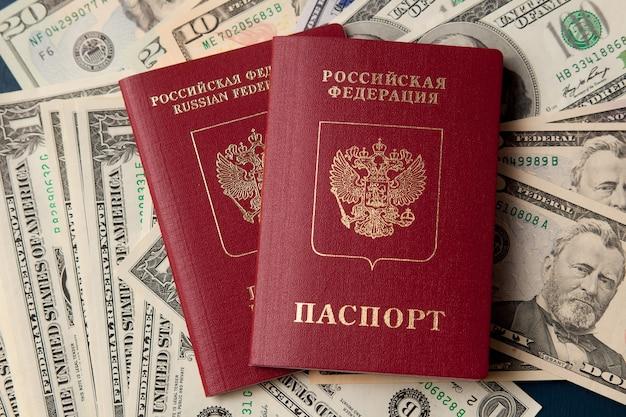 Deux passeports russes sur des dollars