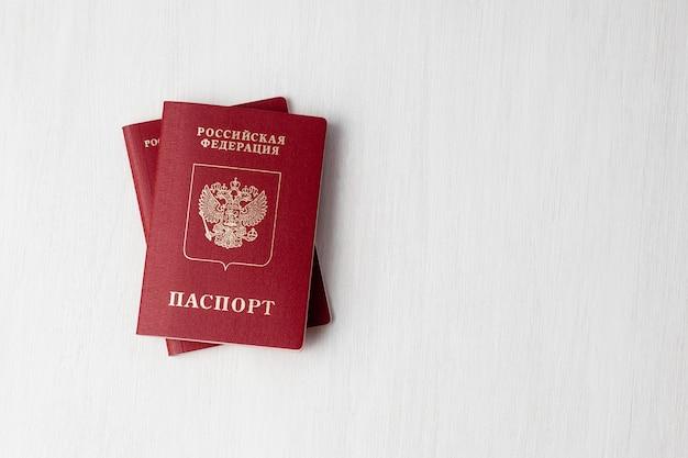 Deux passeports russes sur mur blanc