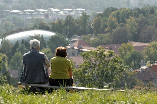 Deux personnes âgées sur banc