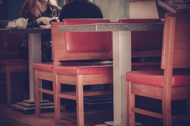 Deux personnes aiment passer le temps au café