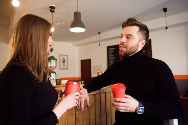 Deux personnes au café profitant du temps passé ensemble.