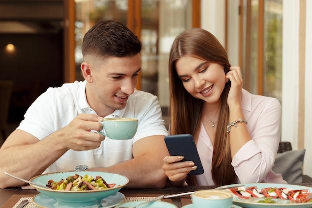 Deux personnes au café profitant du temps passé ensemble