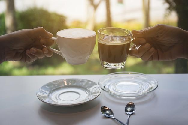 Deux personnes boivent du café le matin.